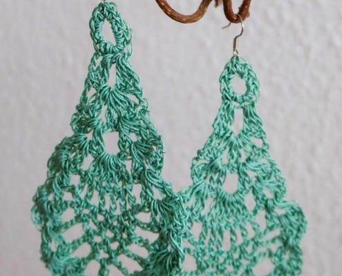 Häkel-Ohrringe in Pfauenform grün